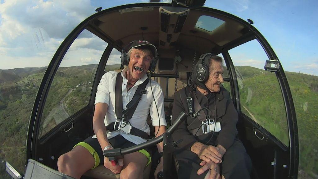 Imposible no emocionarse: María, a sus 92 años, surca el cielo junto a Calleja