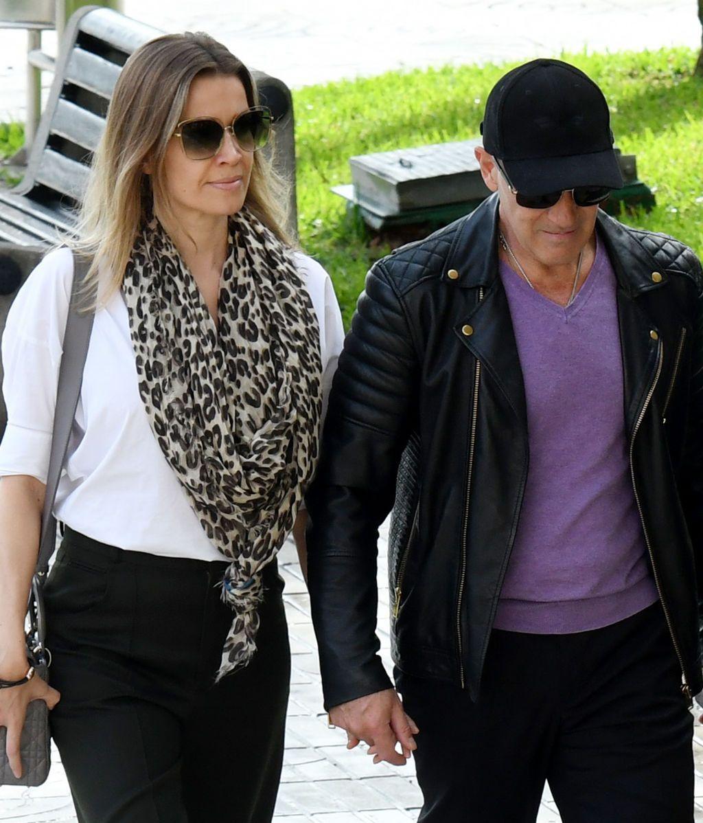 Antonio Banderas llega al tanatorio de la mano de Nicole Kimpel