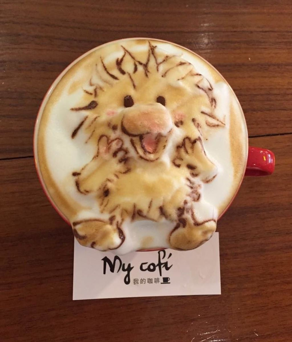 Chang Kuei Fang crea cualquier cosa sobre una taza de café solo con leche y chocolate