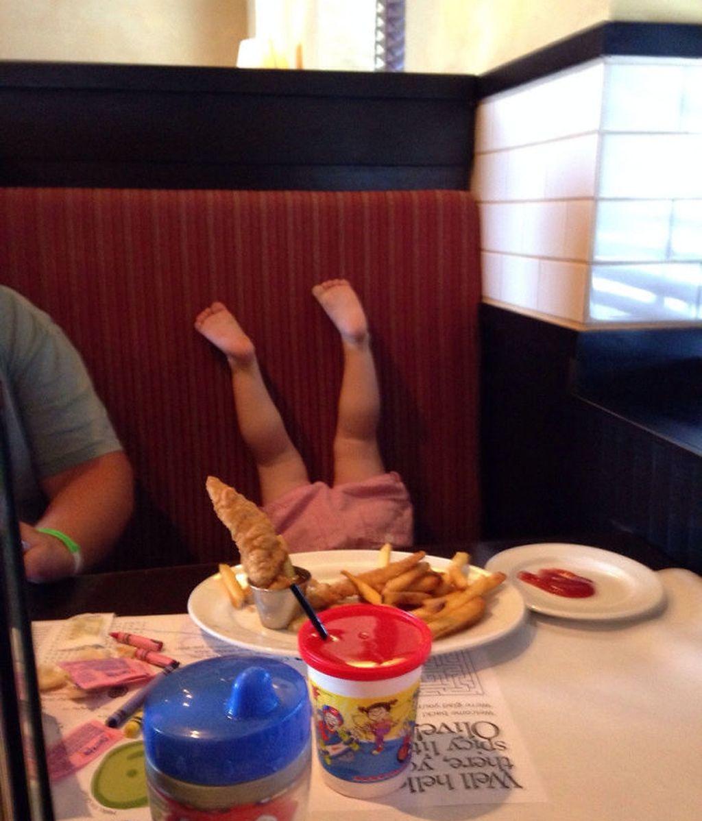 Esta niña no se sentó adecuadamente durante la comida