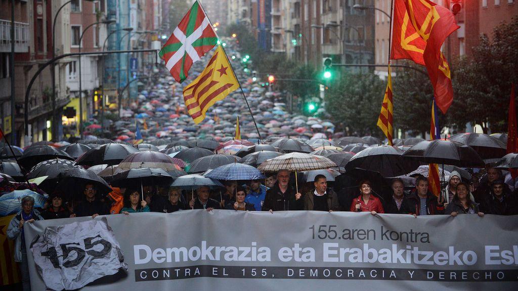 Miles de personas se manifiestan en Bilbao contra del artículo 155 y a favor del derecho a decidir
