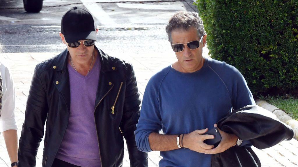 Antonio Banderas y su hermano llegan juntos al tanatorio