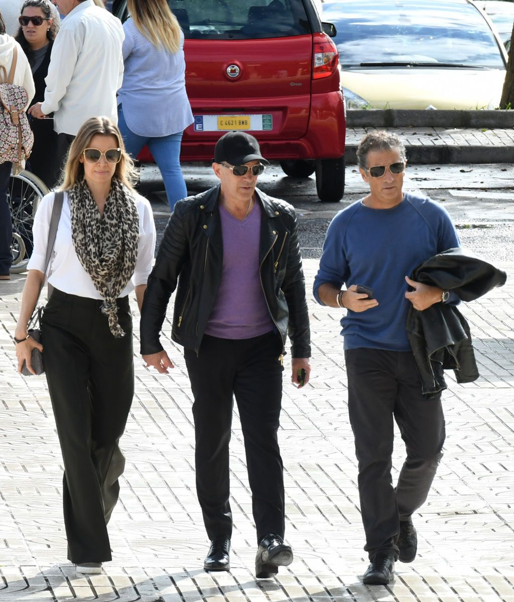 Javier Banderas y Nicole Kimpel acompañan a Antonio Banderas al tanatorio