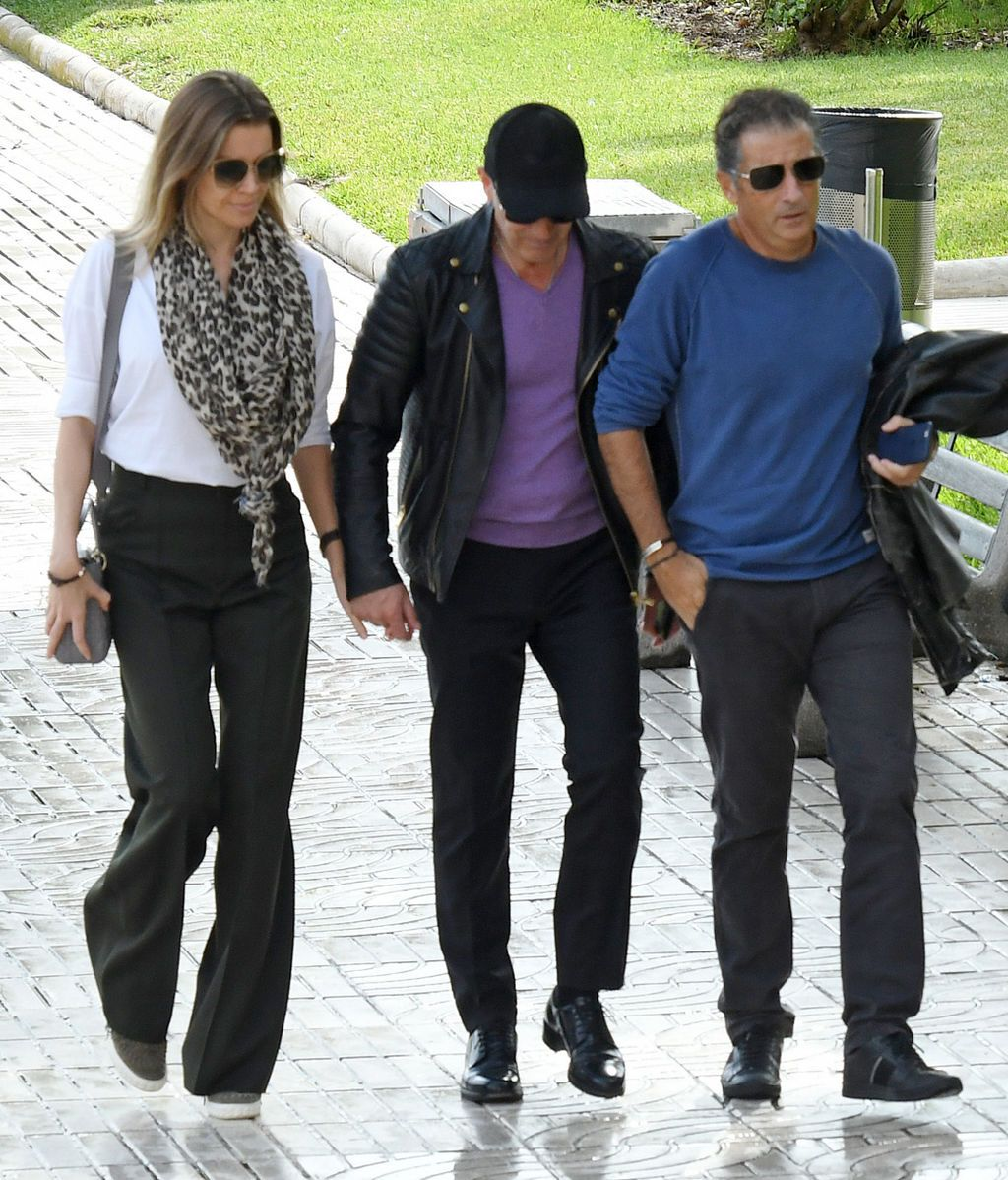 Antonio Banderas, Javier Banderas y Nicole Kimpel llegan juntos al tanatorio malagueño