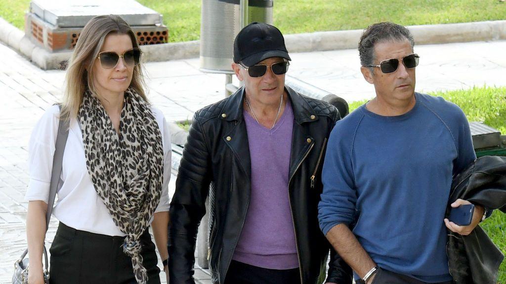 El hermano y la pareja de Antonio Banderas, juntos de camino al tanatorio