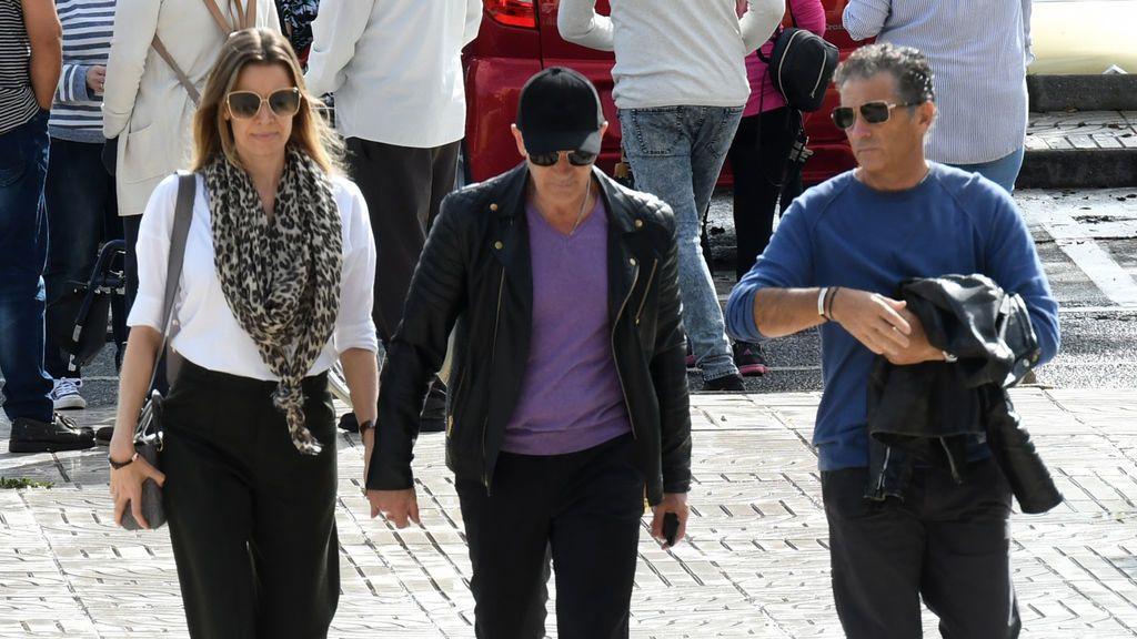 Antonio Banderas llega al tanatorio acompañado de su hermano y su pareja