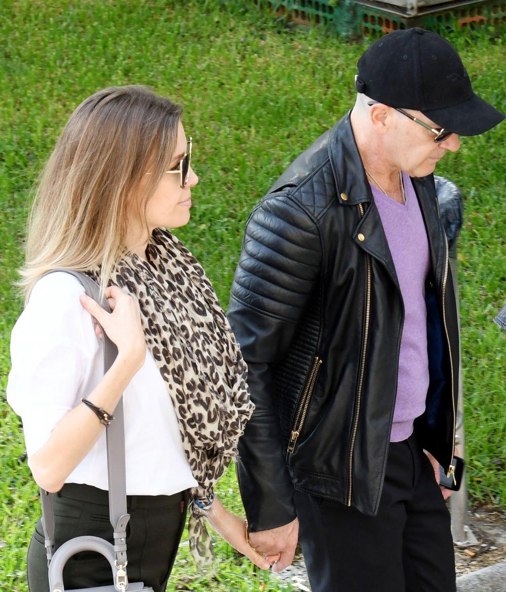 Antonio Banderas llega acompañado de su pareja Nicole Kimpel