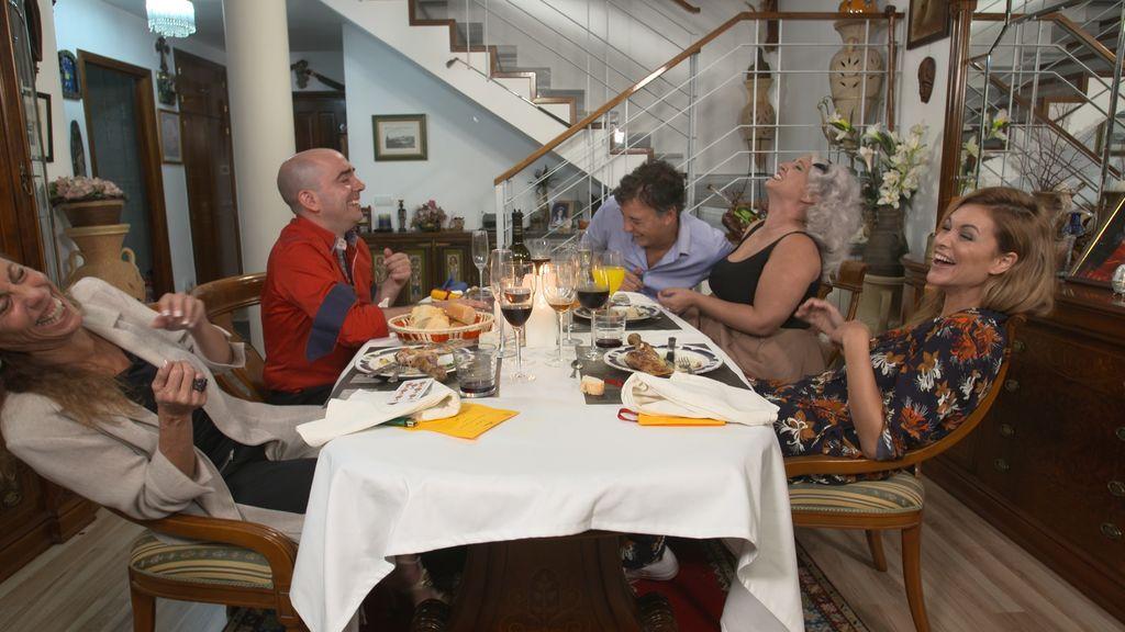 Dos modelos profesionales, una chef y dos directivos se retan en Madrid en 'Ven a cenar conmigo'
