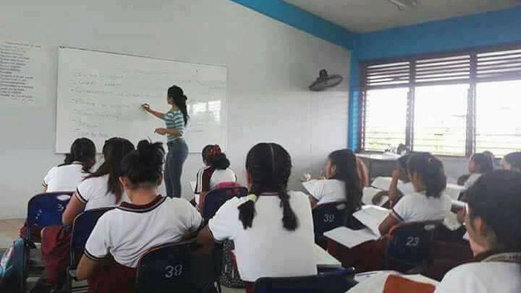 Así reaccionó una profesora cuando un alumno la fotografío sin que se diera cuenta