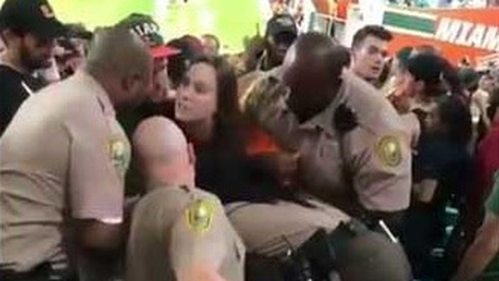 ¡Vergonzoso! Una aficionada es expulsada de un partido, abofetea a un seguridad y…. éste le da un brutal puñetazo