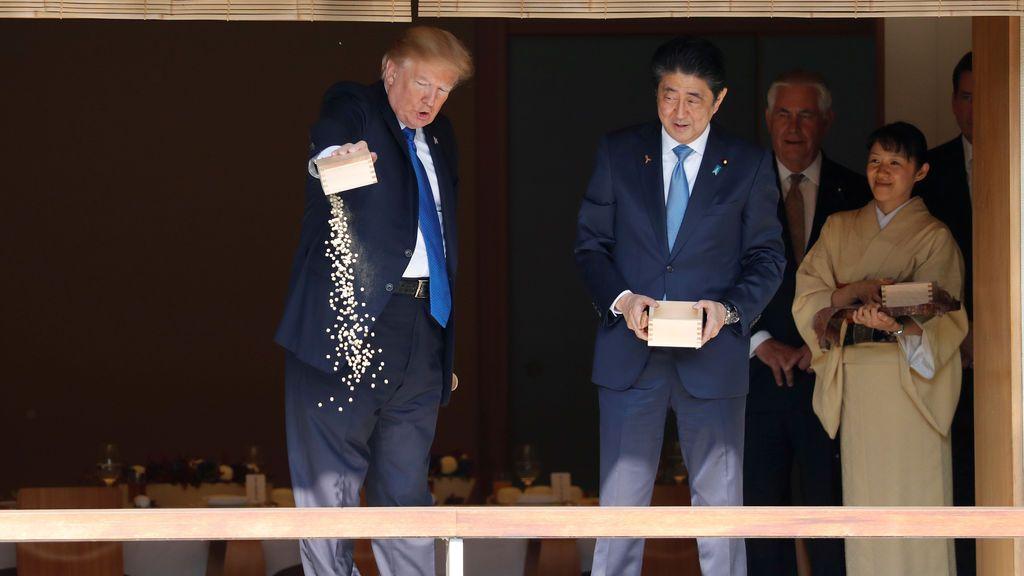 El presidente de EE. UU., Donald Trump, y el primer ministro de Japón, Shinzo Abe, alimentan carpas antes del almuerzo de trabajo en el Palacio Akasaka en Tokio, Japón