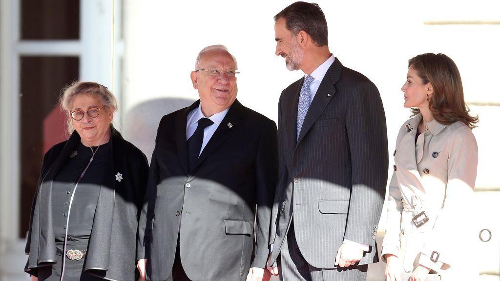 Los Reyes reciben en el Palacio Real al presidente de Israel y su esposa