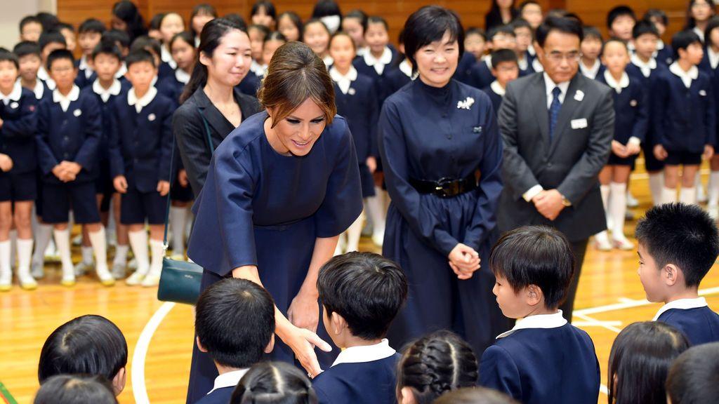 La primera dama estadounidense Melania Trump y la primera dama japonesa Akie Abe visitan la escuela primaria Kyobashi Tsukiji en Tokio, Japón