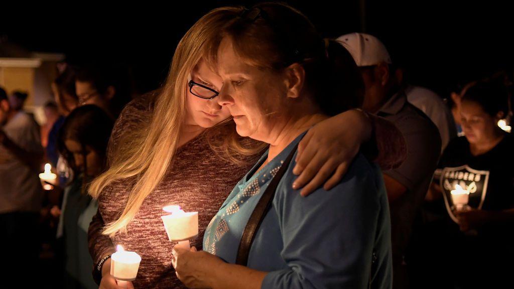 Los residentes locales se abrazan durante una vigilia con velas para las víctimas de un tiroteo masivo en una iglesia en Sutherland Springs, Texas, EE. UU.,