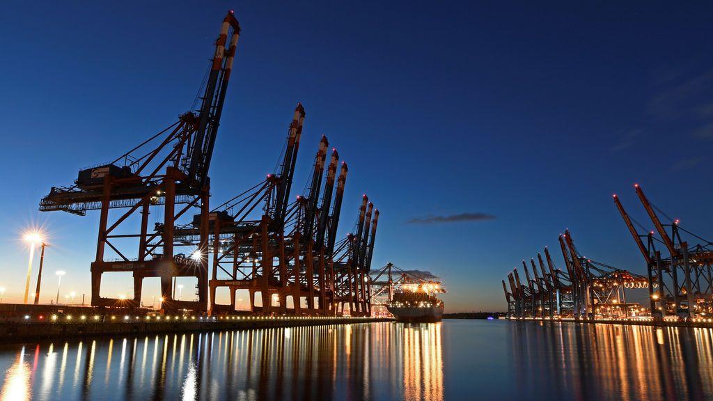 Un portacontenedores en el puerto de Hamburgo, Alemania