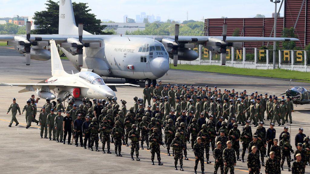 El personal de la Fuerza Aérea de Filipinas (FAP), desplegado en la ciudad de Marawi devastada por la guerra, marcha durante la ceremonia de bienvenida de los Héroes en la sede de PAF en la ciudad de Pasay