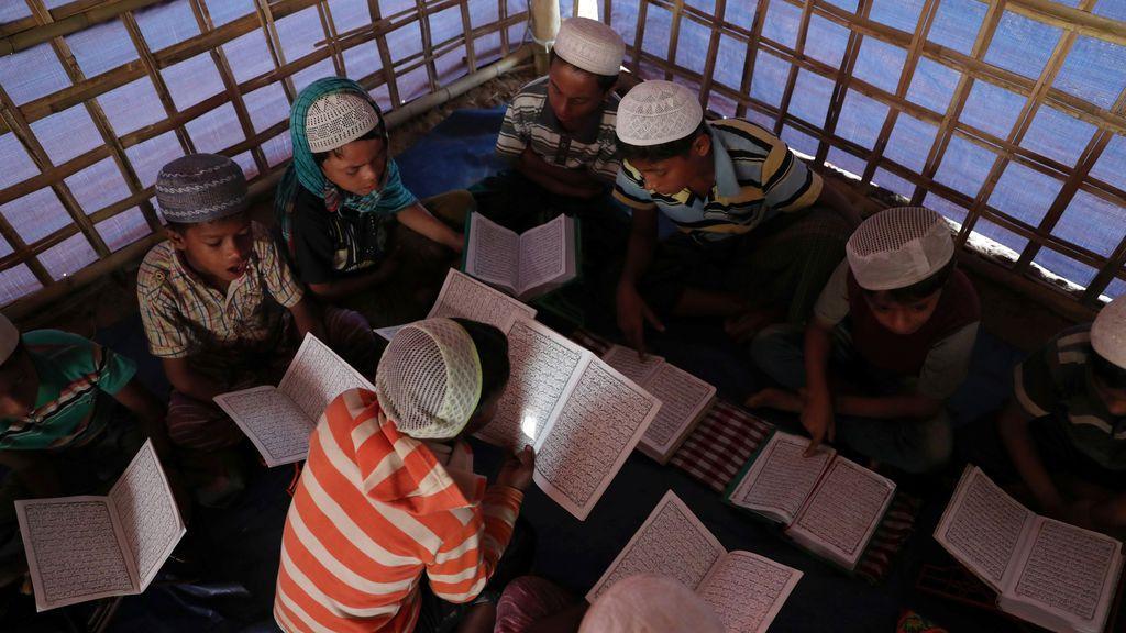 Jóvenes refugiados Rohingya aprenden a recitar el Corán en una escuela de árabe en el campo de refugiados improvisado de Palongkhali en Cox's Bazar, Bangladesh