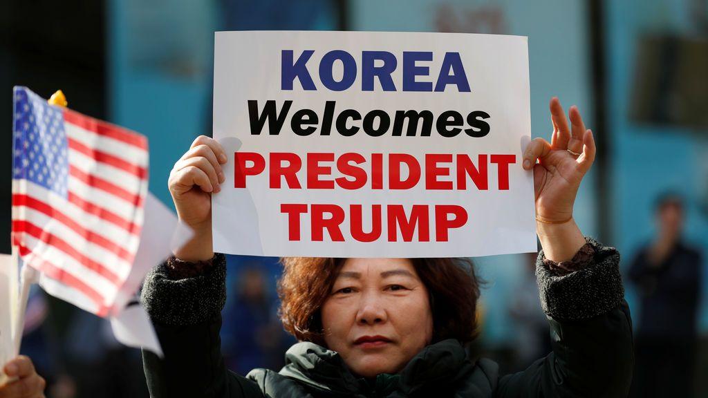 Los partidarios del presidente de los Estados Unidos, Donald Trump, participan en un mitin en el centro de Seúl, Corea del Sur