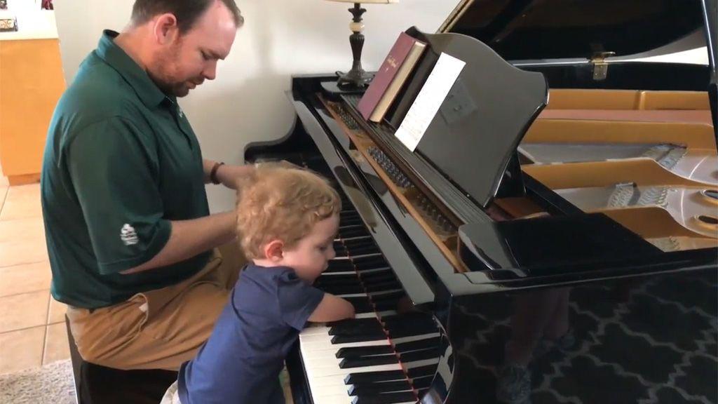 El tierno vídeo de un niño sin brazos aprendiendo a tocar un villancico con el piano