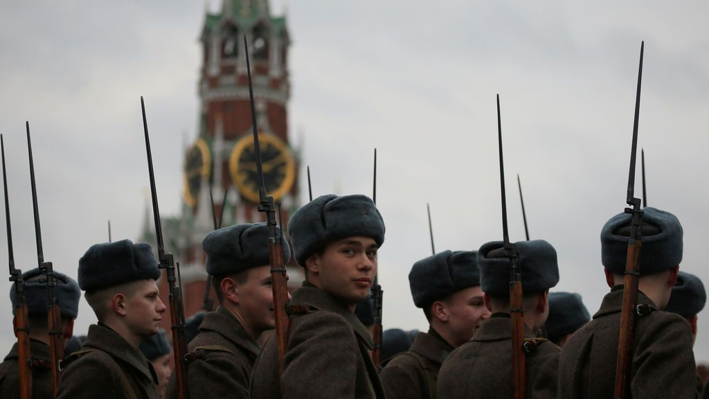 Militares vestidos con uniformes históricos esperan antes de un desfile militar que marca el aniversario del desfile de 1941, cuando los soldados soviéticos marcharon hacia el frente de la Segunda Guerra Mundial, en la Plaza Roja en Moscú, Rusia