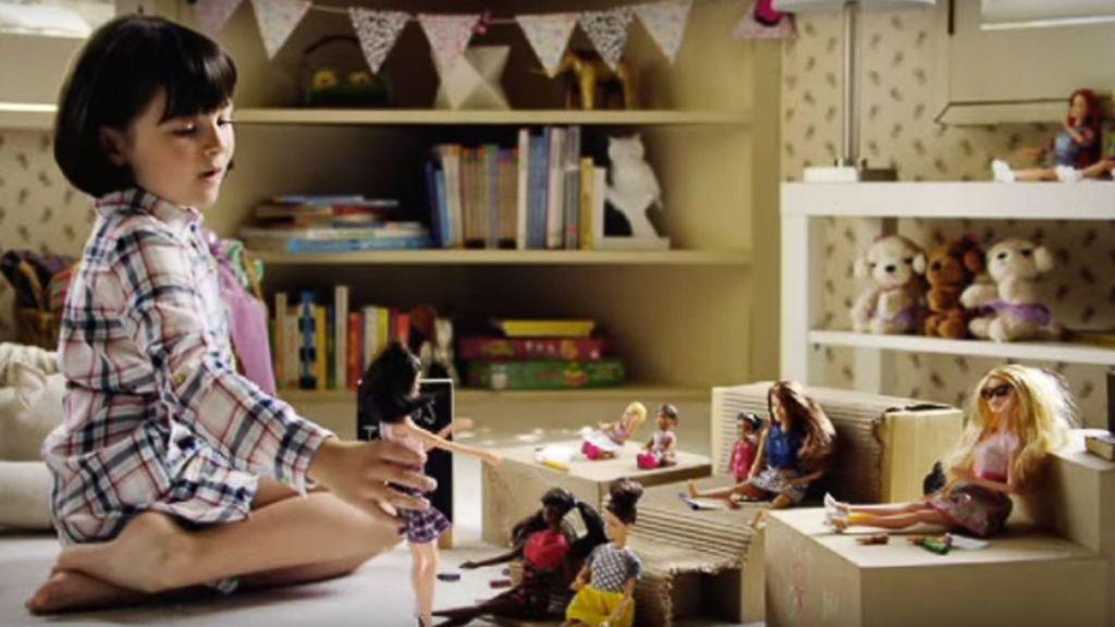 La nueva campaña de Barbie da la vuelta a las críticas: llegan las niñas que se empoderan con la muñeca