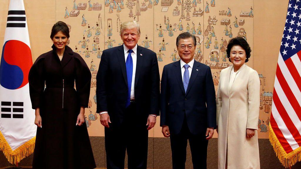 El presidente estadounidense Donald Trump, la primera dama estadounidense Melania, el presidente surcoreano Moon Jae-in y la primera dama surcoreana Kim Jung-sook posan para una foto en la presidencial Casa Azul de Corea del Sur en Seúl, Corea del Sur