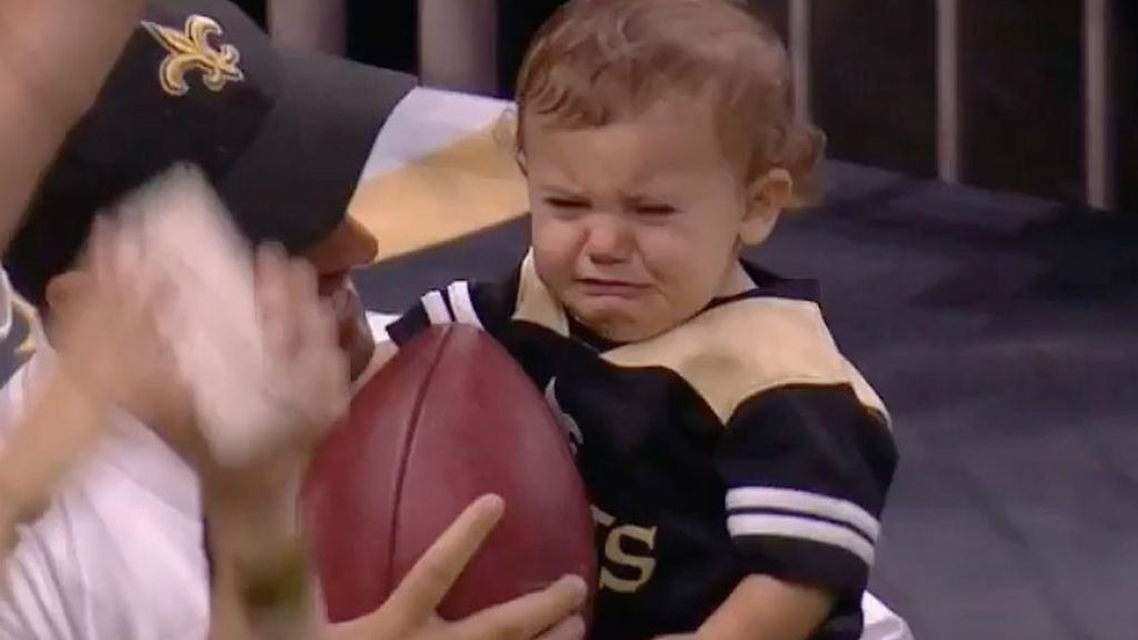 La viral reacción de este niño al recibir el balón del último touchdown de su equipo