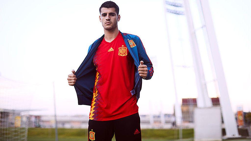 Opina sobre la polémica de la camiseta de España: ¿azul o morado?