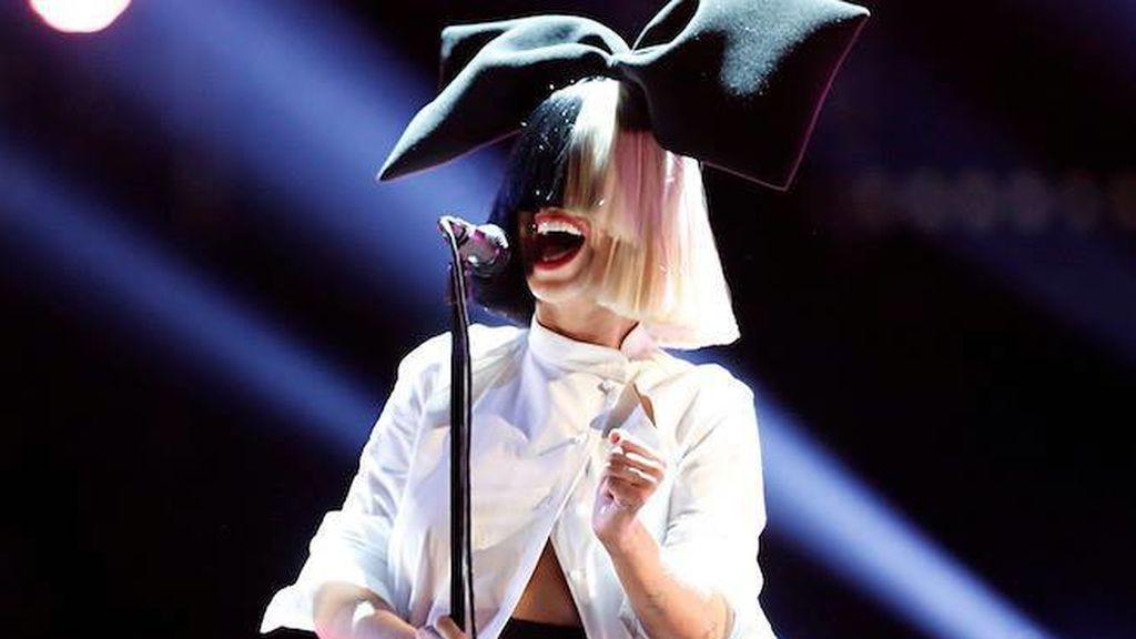 """Sia publica una foto de ella desnuda para denunciar un chantaje: """"Ahorraos el dinero, aquí la tenéis"""""""