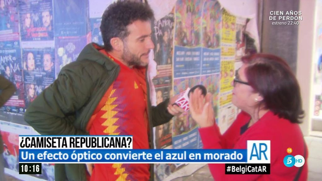 ¿Azul o morado? Rabaneda sale a la calle con la polémica camiseta 'republicana' de la selección española
