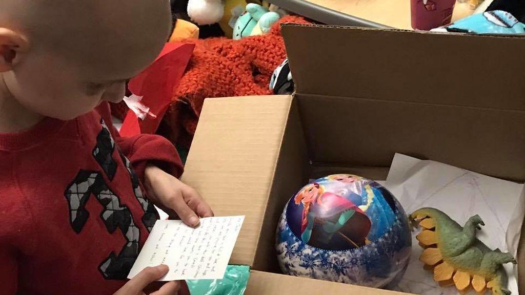 Un niño con cáncer terminal pide recibir postales de Navidad y le envían 14.000 en un día
