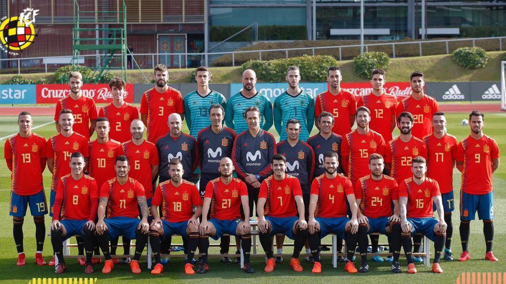 La selección posa con la polémica camiseta que utilizará en el Mundial de Rusia