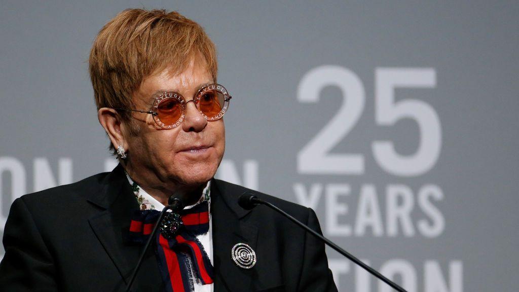 El cantante Elton John habla durante la conmemoración de la gala benéfica de 25 años del Elton John AIDS Foundation en la Catedral de St. John the Divine en la ciudad de Nueva York, en Nueva York, Estados Unidos