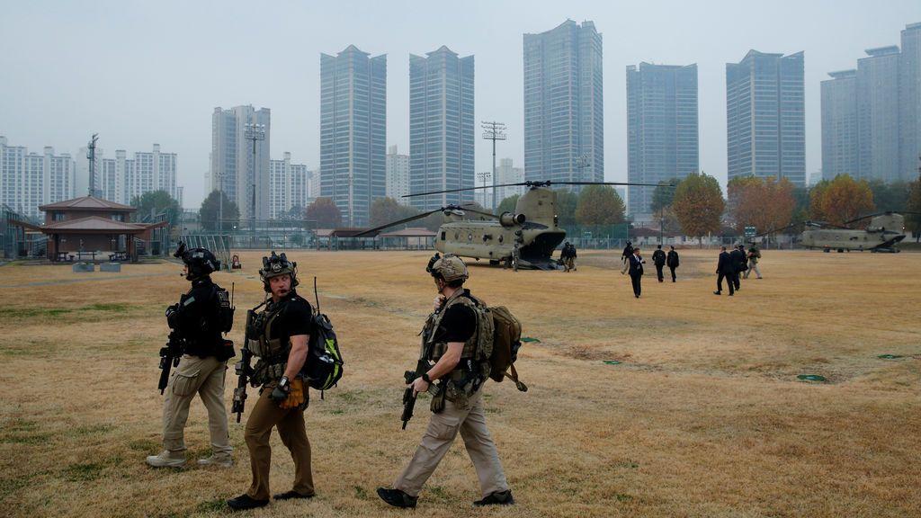 Los miembros del equipo de contraataque del Servicio Secreto de EE. UU. Se desplazan en helicóptero en la niebla junto al helicóptero del presidente Donald Trump en un intento fallido de visitar el Observatorio Ouellette en la zona desmilitarizada (DMZ) en la aldea de tregua de Panmunjom que divide a los dos países fuera de Seúl , Corea del Sur