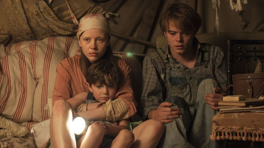 Mia Goth (Jane), Matthew Stagg (Sam) y Charlie Heaton (Billy) en 'El secreto de Marrowbone'