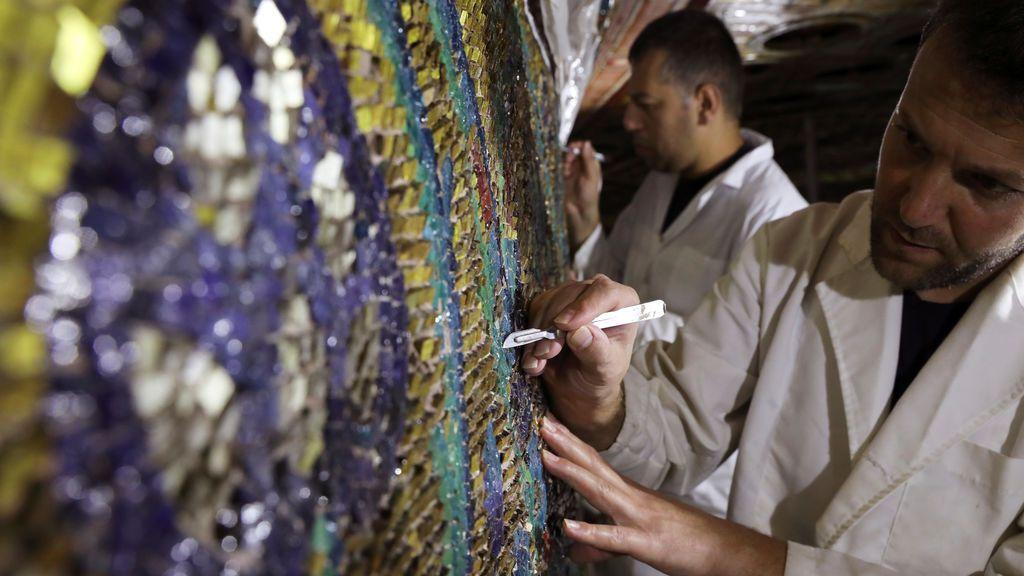 Especialistas trabajan renovando partes de un mosaico en la ciudad vieja de Jerusalén