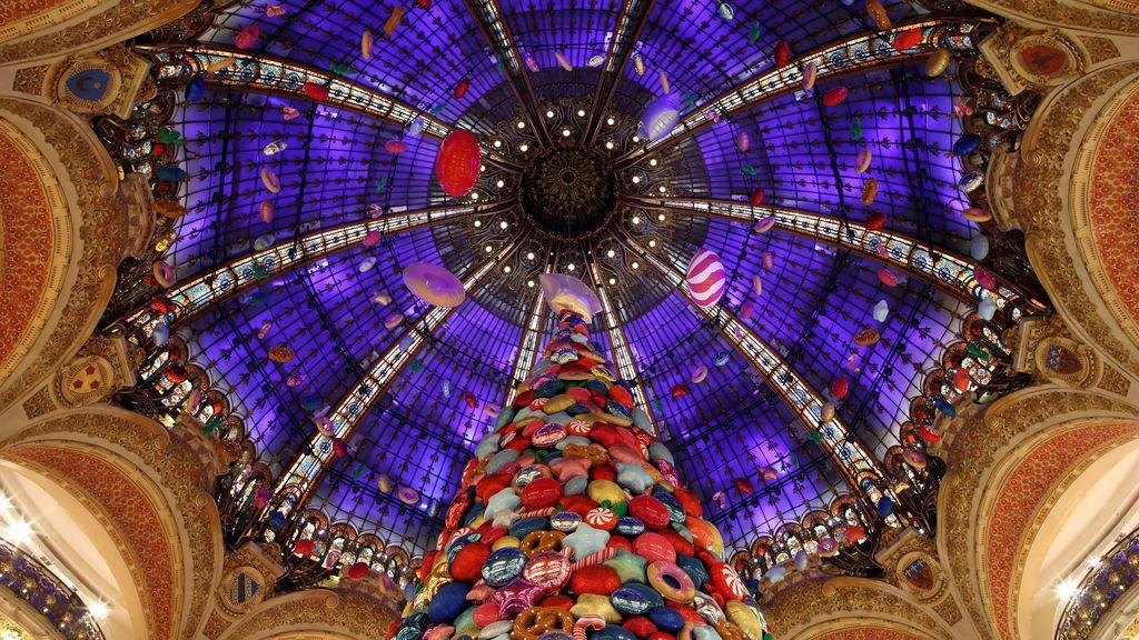 Un árbol de navidad gigante se sitúa en medio de las galerías Lafayette en París