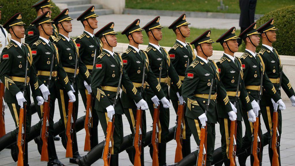 Los guardias de honor marchan para ponerse en posición para la llegada del presidente estadounidense Donald Trump y la primera dama Melania al aeropuerto de Pekín, China