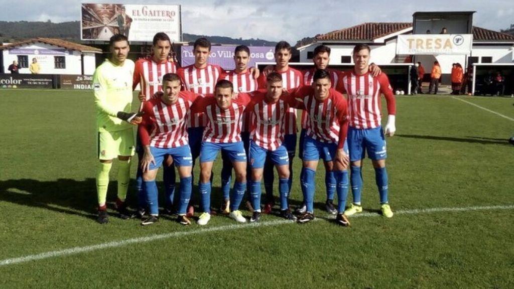 Indignación por una foto de los jugadores del filial del Sporting de Gijón con ultras haciendo el saludo fascista