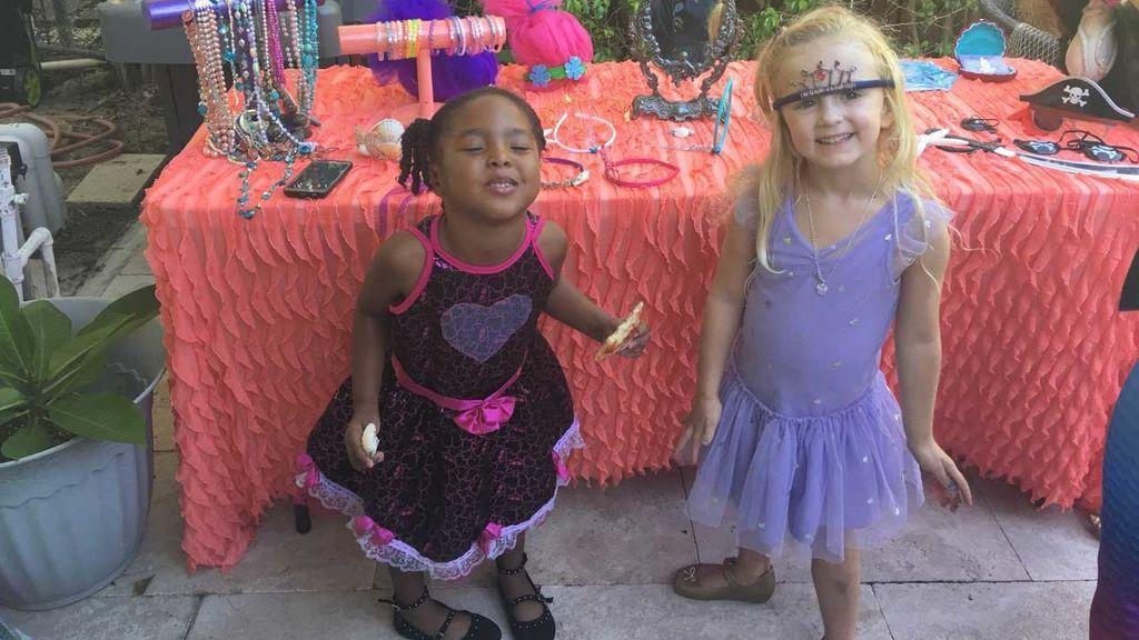 """Dos niñas con distinto color: """"Somos gemelas porque compartimos nuestra fecha de cumpleaños"""""""