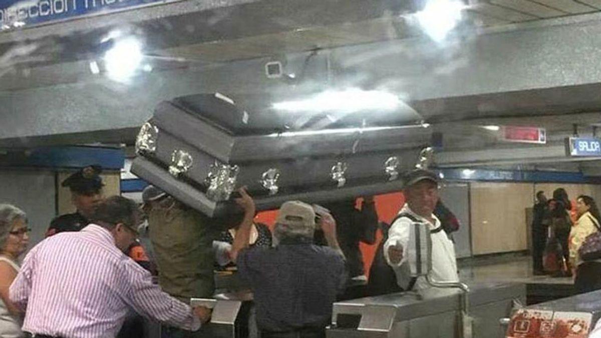 Viajan en el metro con un ataúd porque no tenían dinero para pagar otro transporte