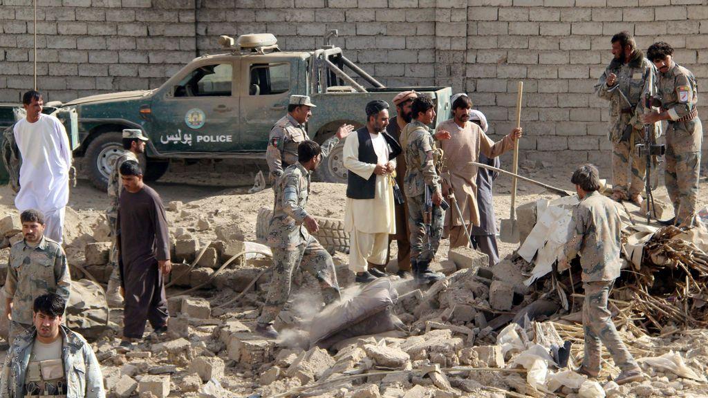 Funcionarios afganos inspeccionan el sitio de un ataque con camión bomba en Helmand, Afganistán