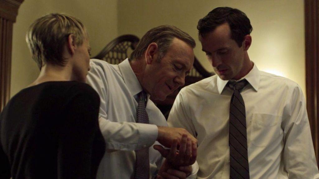 Robin Wright Kevin Spacey y Nathan Darrow durante la escena en 'House of cards'.
