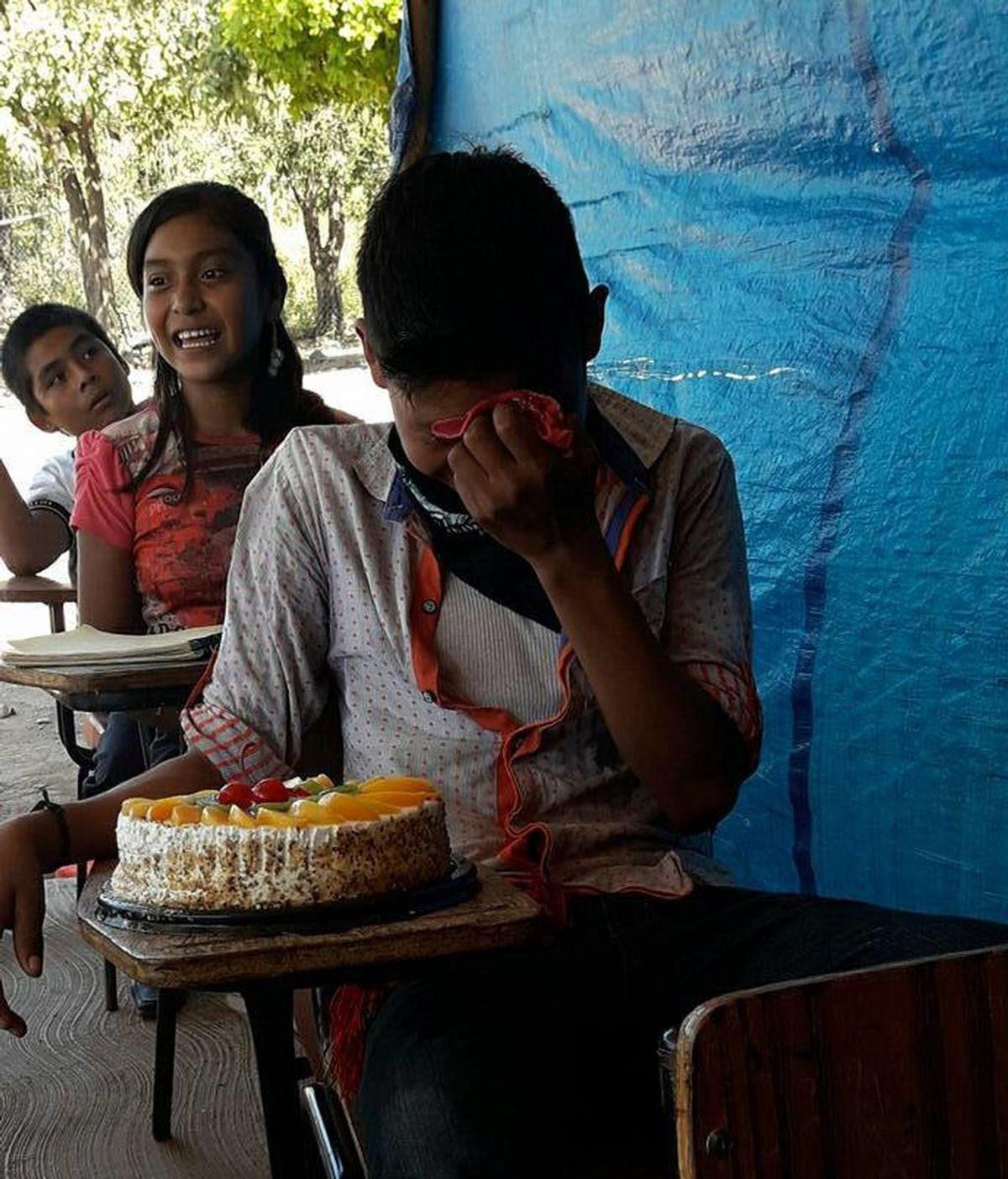 Un niño llora de alegría al recibir una tarta de cumpleaños por primera vez