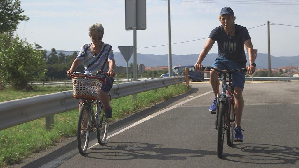 Jesús Calleja y el actor Álex González visitan la Ría de Arousa en 'Volando voy'.
