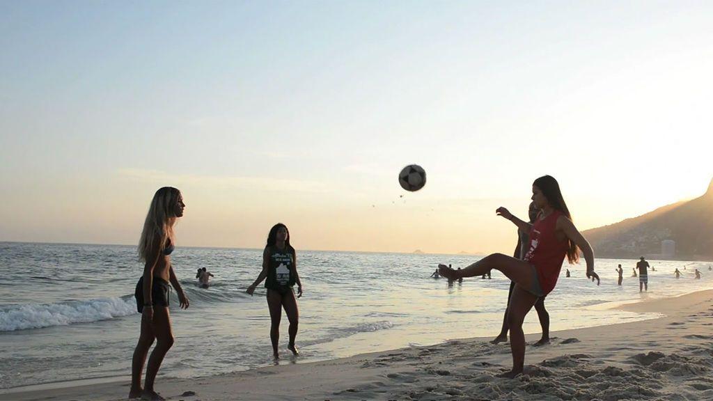 Las jóvenes de Río de Janeiro conquistan la 'altinha', un deporte que solo practicaban los chicos