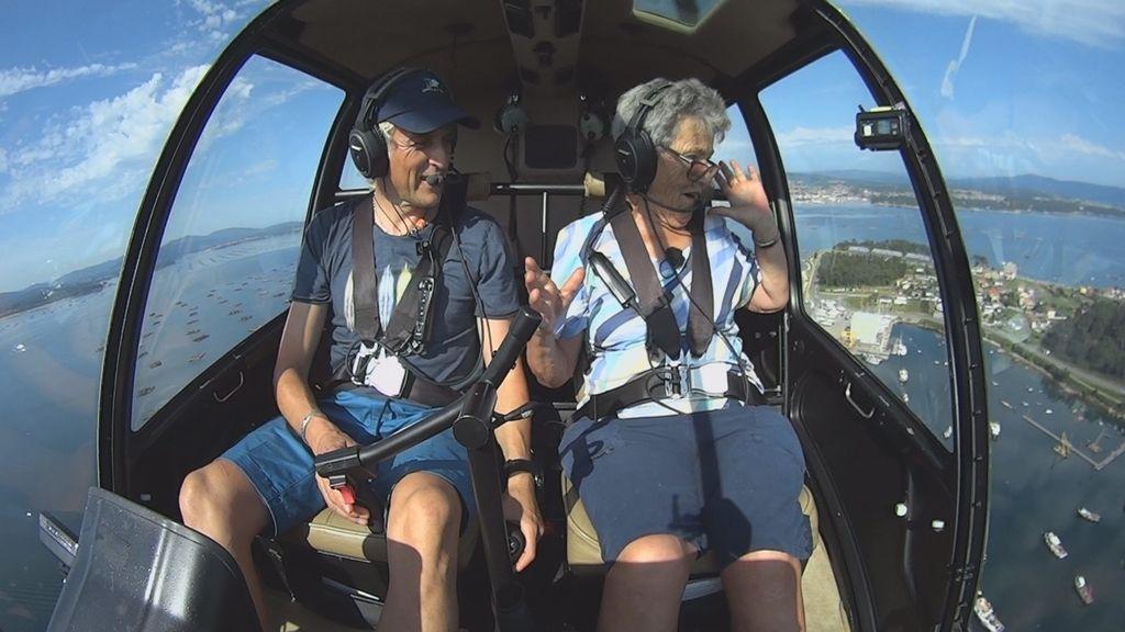 Jesús Calleja muestra la Ría de Arousa a una de sus habitantes en el último programa de la tercera temporada de 'Volando voy'.