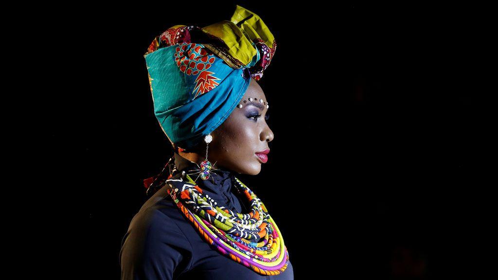 Un modelo presenta una creación durante el lanzamiento de la Semana de la Moda de África en la Catedral de la Sal en Zipaquirá, Colombia