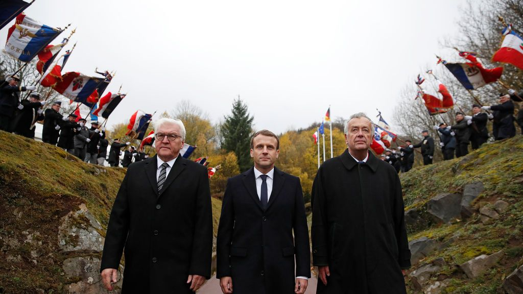 """Emmanuel Macron y su homólogo alemán Frank-Walter Steinmeier asisten a una ceremonia de conmemoración en el campo de batalla de la Primera Guerra Mundial Vieil Armand """"Hartmannswillerkopf"""""""