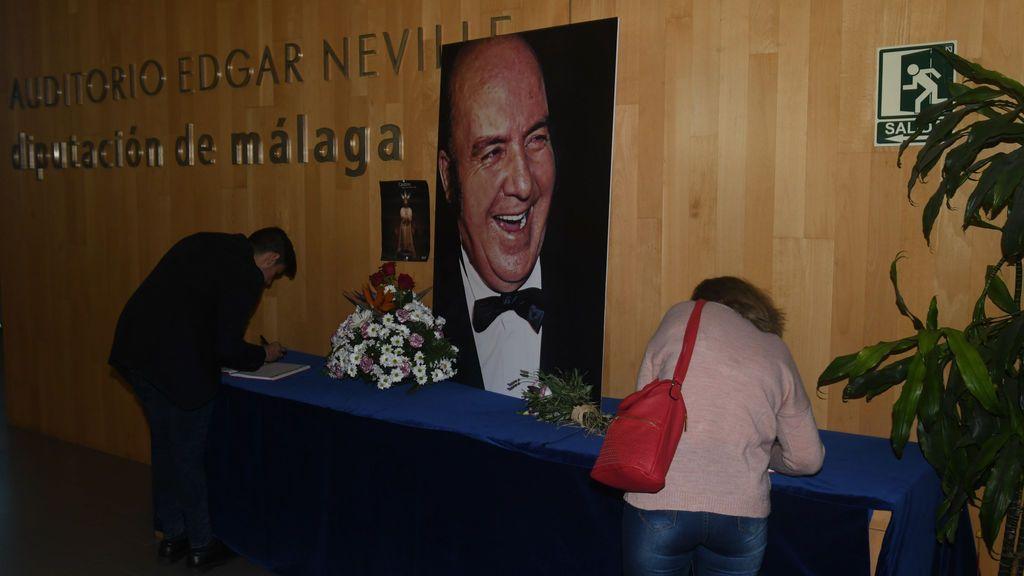 Famosos y anónimos en el emotivo adiós a Chiquito de la Calzada en su capilla ardiente